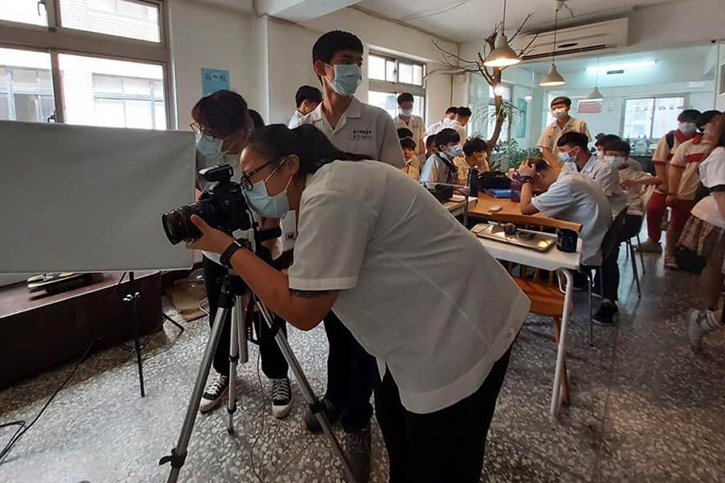 头城家商师生来访 { 易硕空间 } ,举行『电商-网页设计概况与数位摄影知识交流』